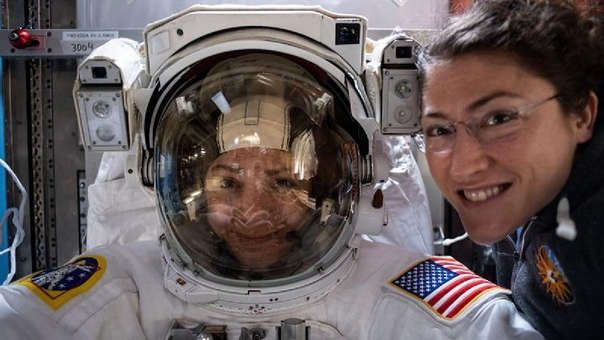 Jessica Meir y Christina Koch están realizando la primera caminata espacial exclusivamente femenina. | Fuente: EFE